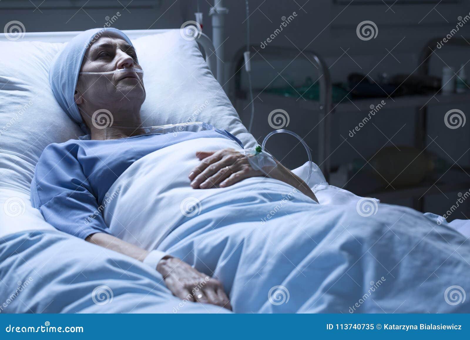 Femme seul mourant dans l hospice