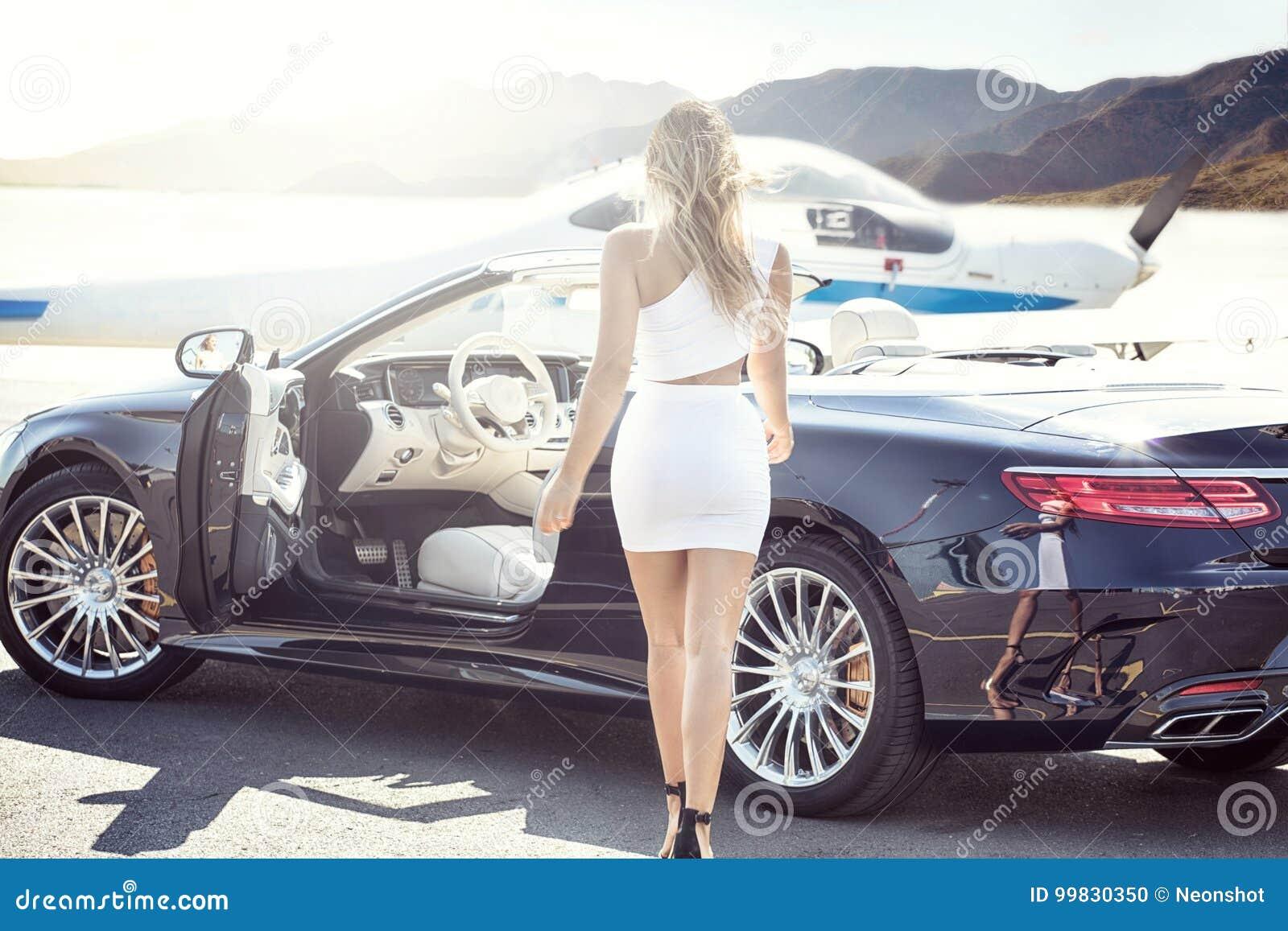 femme sexy avec la voiture et l 39 avion de luxe photo stock image du id al gestionnaire 99830350. Black Bedroom Furniture Sets. Home Design Ideas
