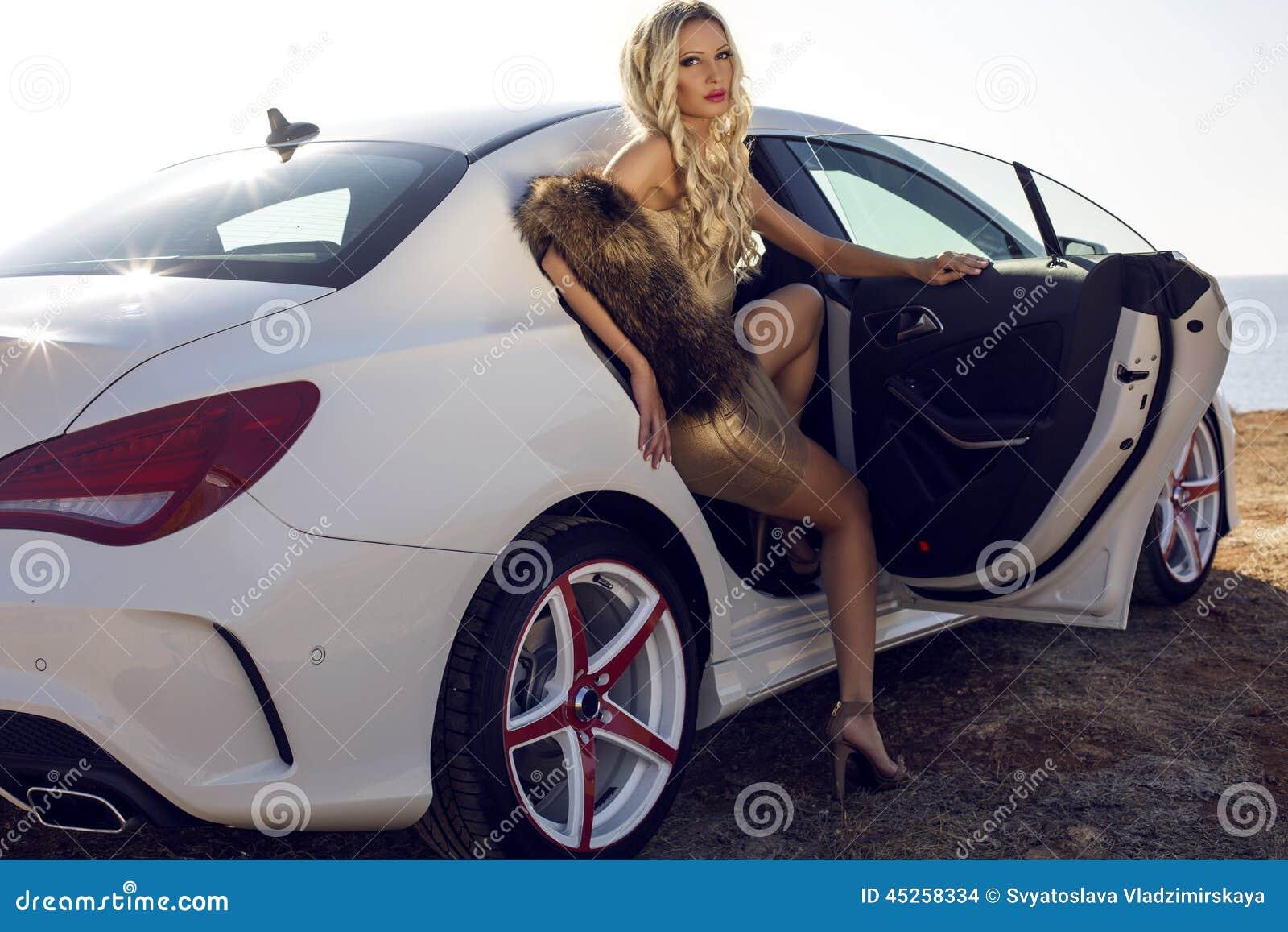 Une femme se fait plaisir avec le levier de vitesse de sa