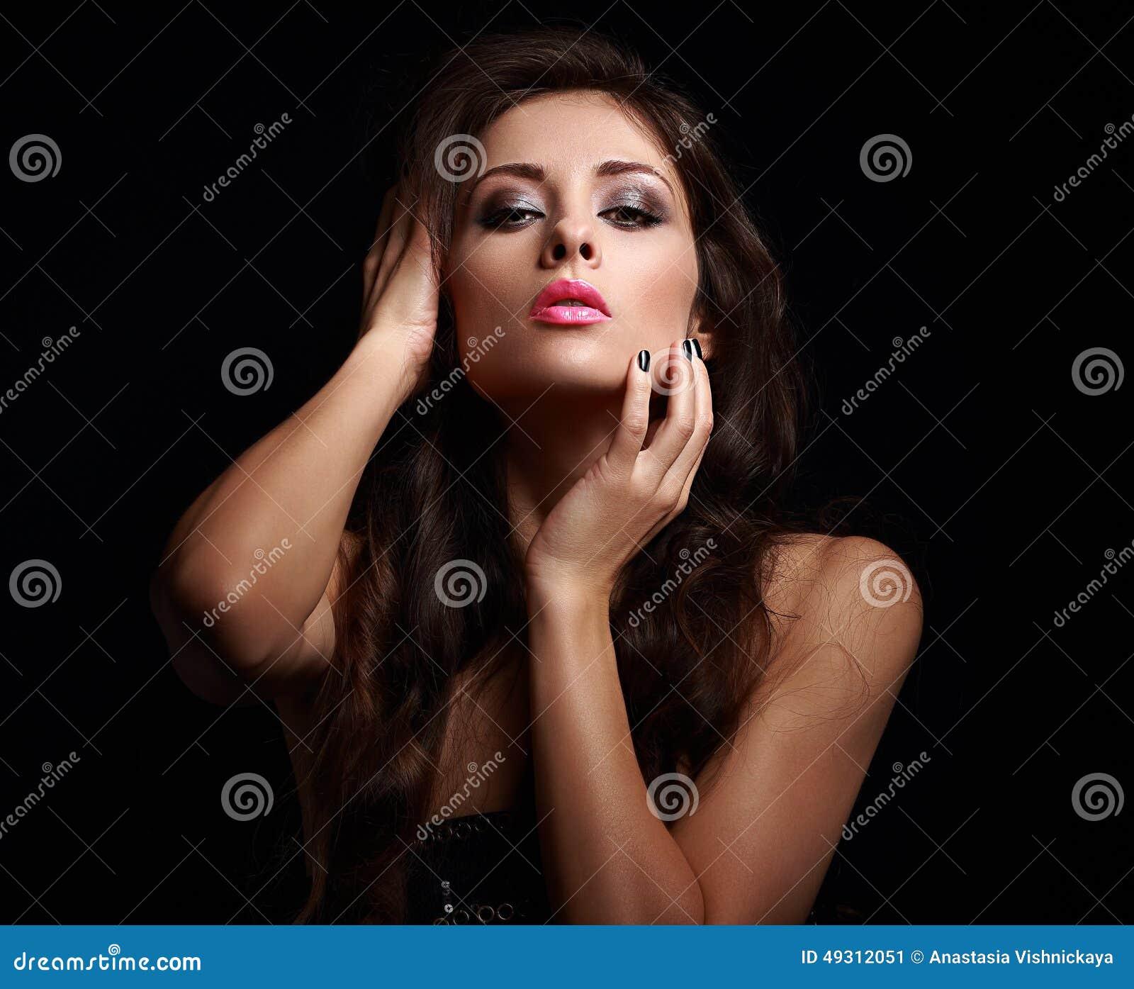 Femme sexy chaude dans l obscurité touchant son maquillage