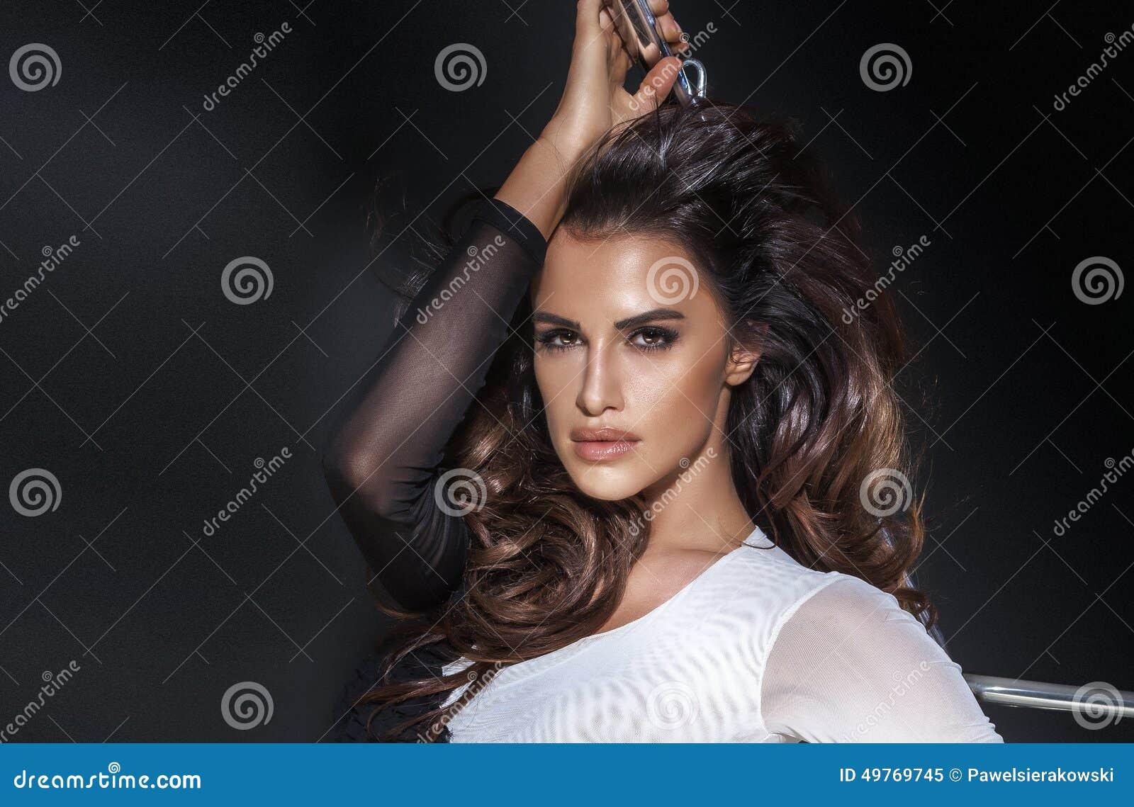 Femme sexy de brune du portrait OD