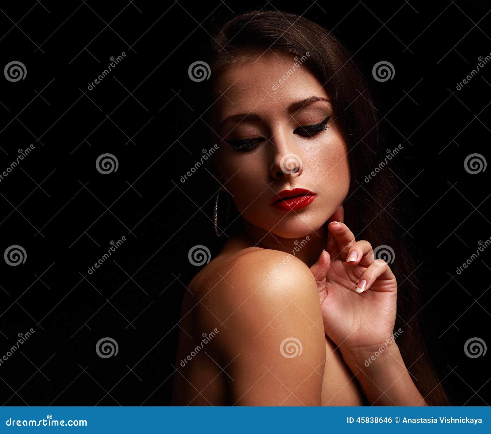 Femme sexy de charme regardant en bas du visage émouvant