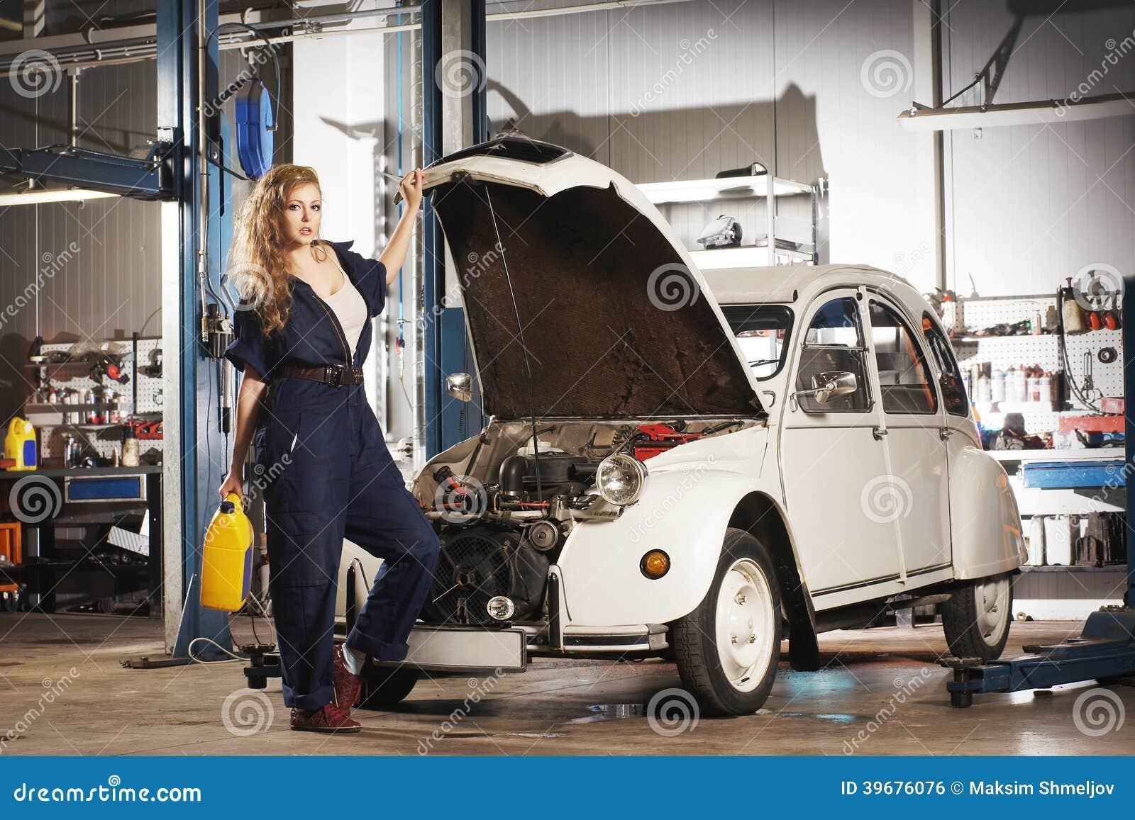 femme sexy r parant une r tro voiture dans un garage photo stock image du attirance caucasien. Black Bedroom Furniture Sets. Home Design Ideas