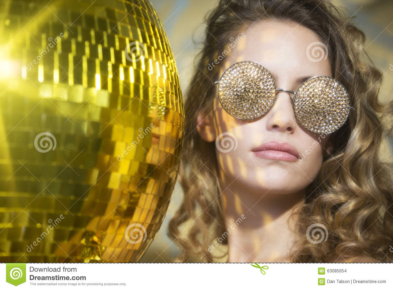 Download Femme Sexy Renversante De Tête De Discoball Photo stock - Image du boudoir, luxe: 63085054