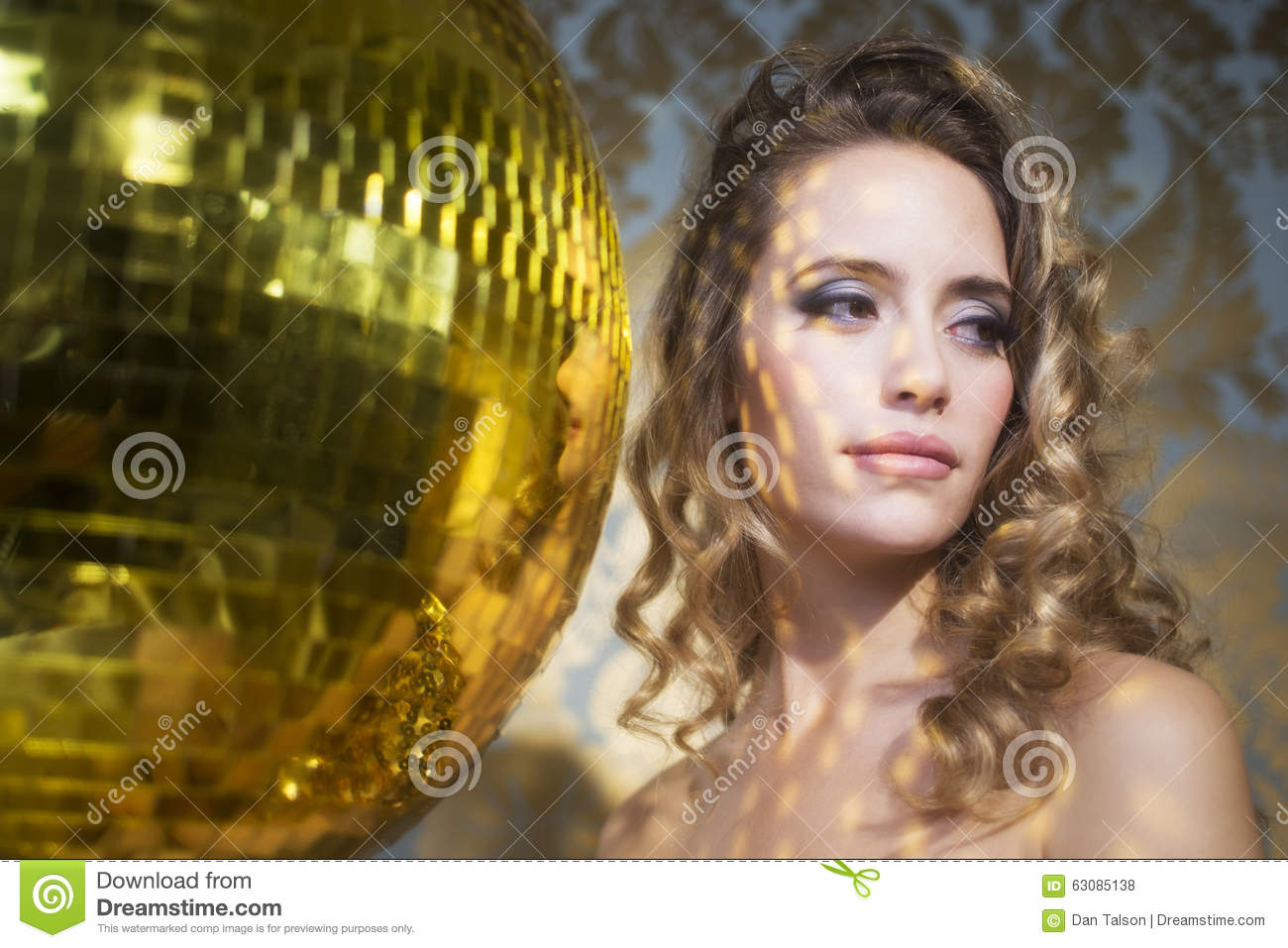 Download Femme Sexy Renversante De Tête De Discoball Photo stock - Image du cabaret, mignon: 63085138