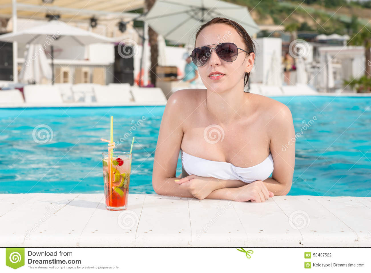 Femme sexy se penchant au bord de la piscine photo stock for Au bord de la piscine tours