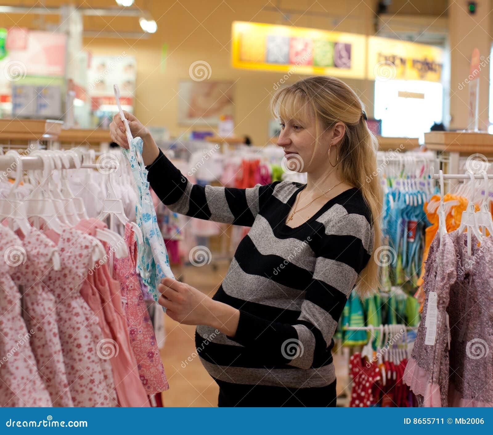 Femme shoping enceinte