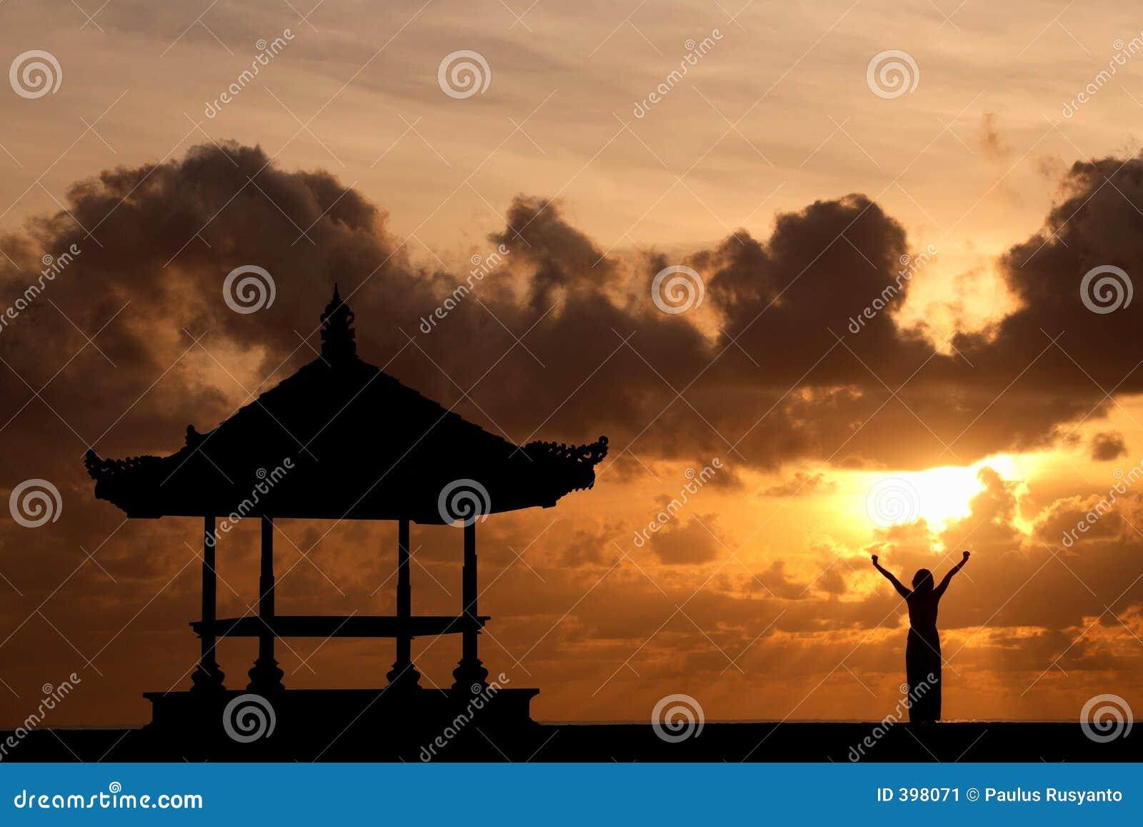 Femme soulevant ses mains au lever de soleil