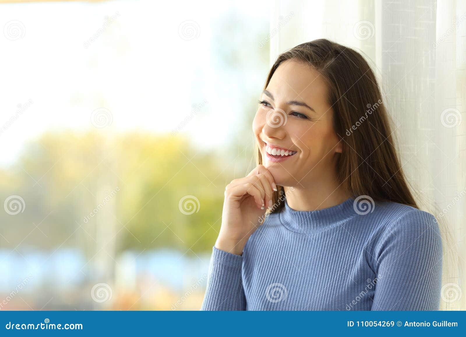 Femme souriante pensant et regardant le côté