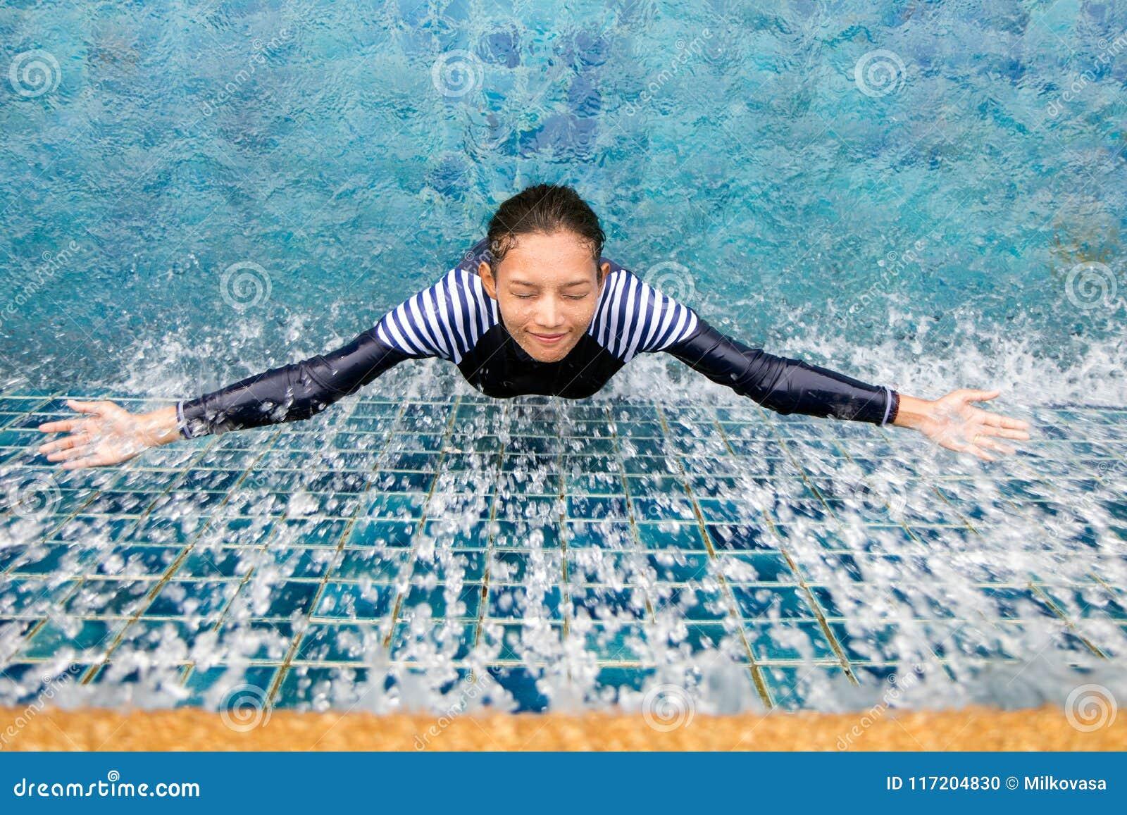 Femme sous la douche dans la piscine photo stock image - Photo femme sous la douche ...