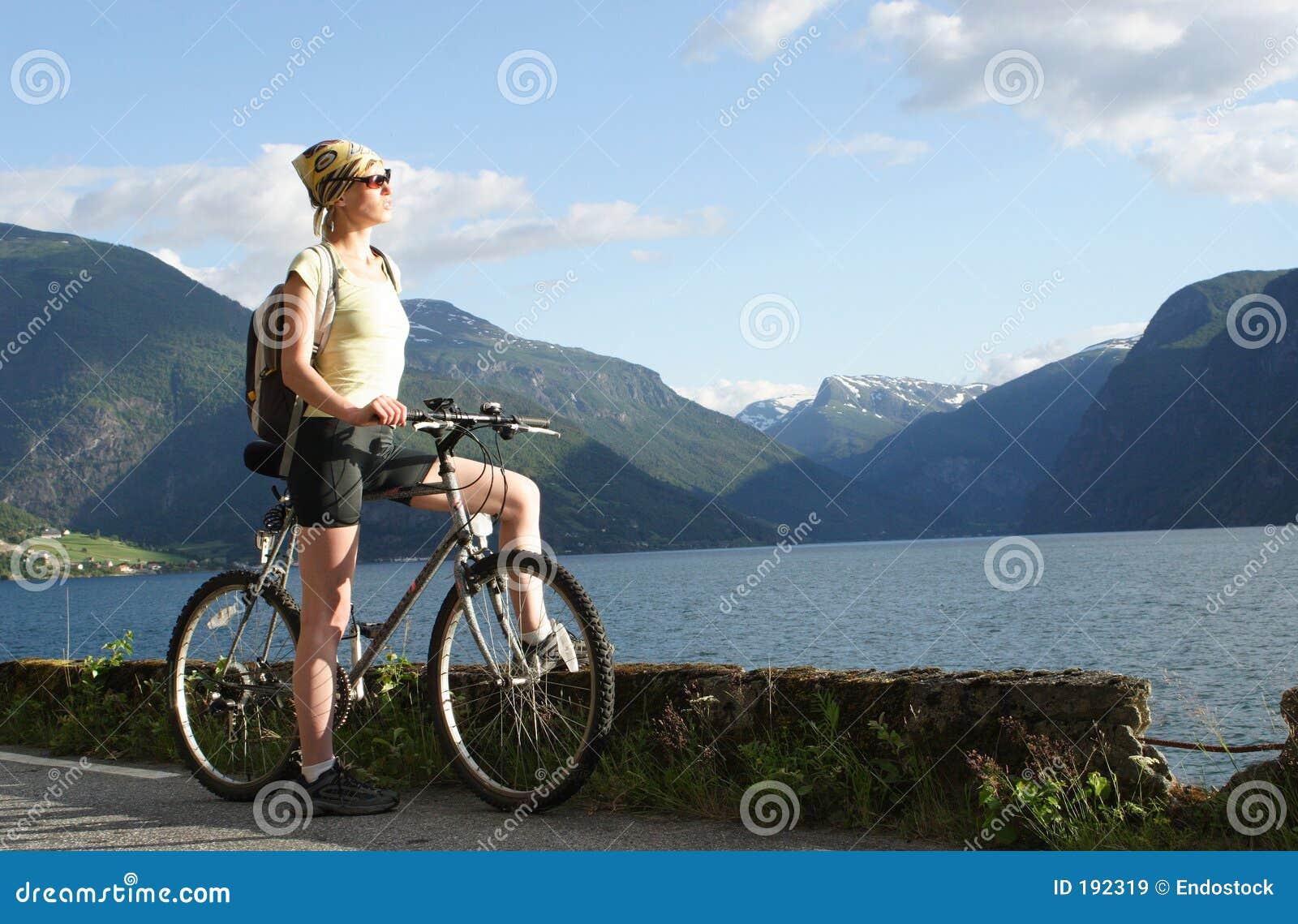 Femme sportif en voyage de vélo dedans