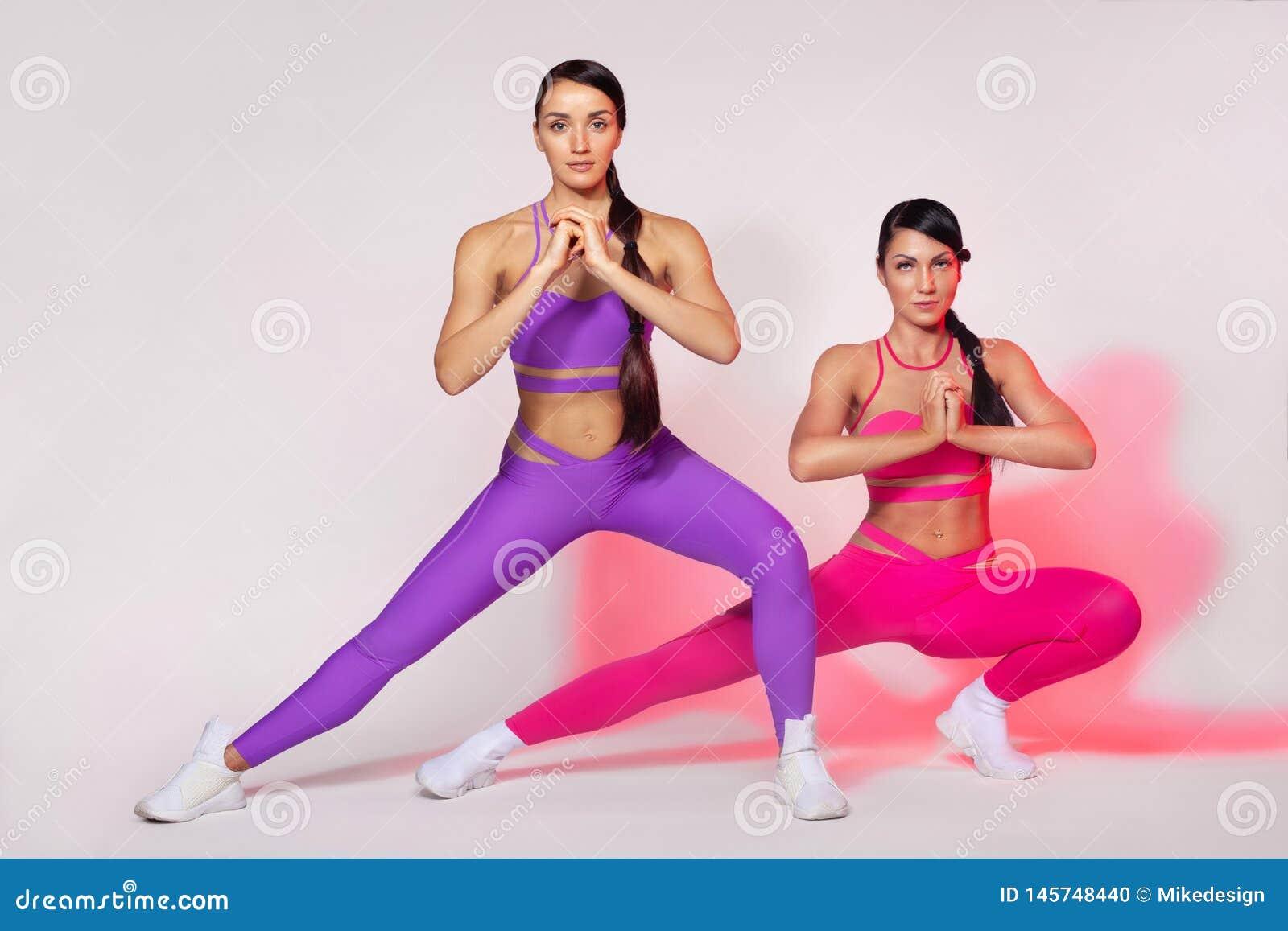 Femme sportive forte, faisant l exercice sur les v?tements de sport de port de fond blanc Motivation de forme physique et de spor