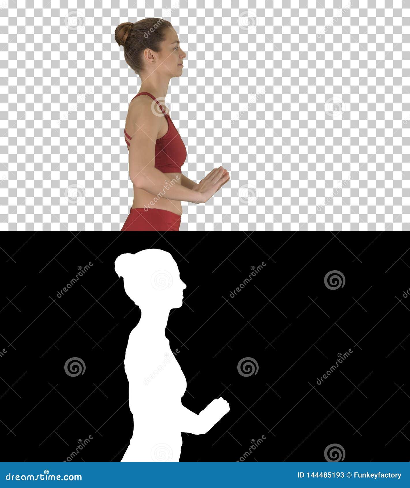 Femme sportive heureuse faisant l exercice de respiration de yoga tout en marchant, Alpha Channel