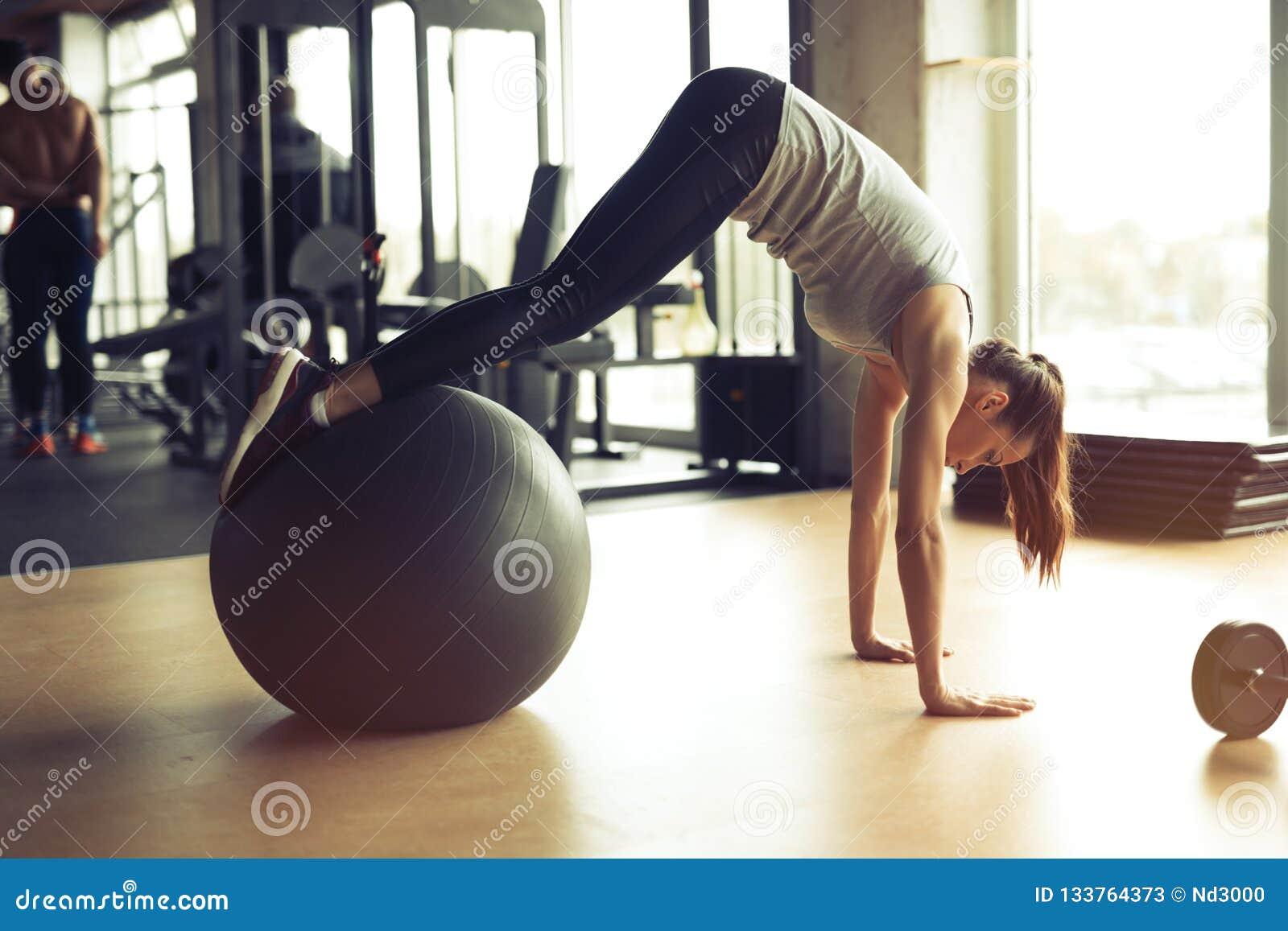 Femme sportive s exerçant dans le gymnase