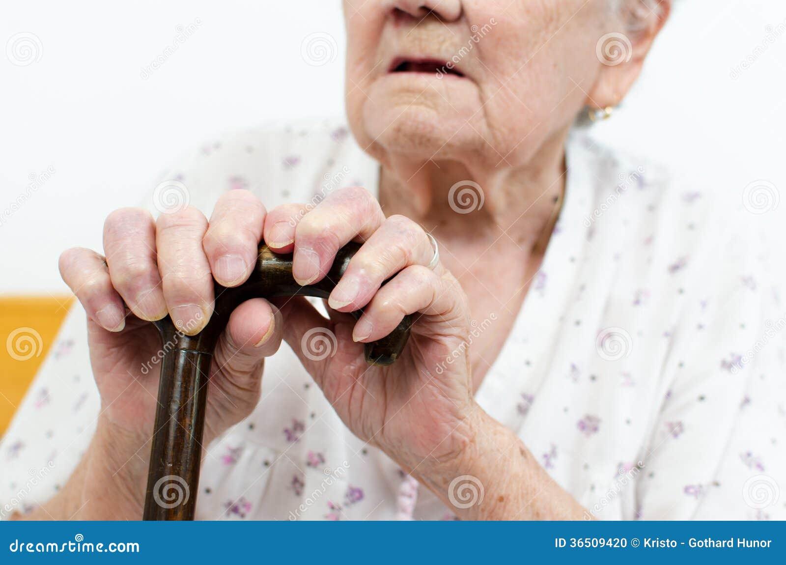 Femme supérieure avec le bâton de marche