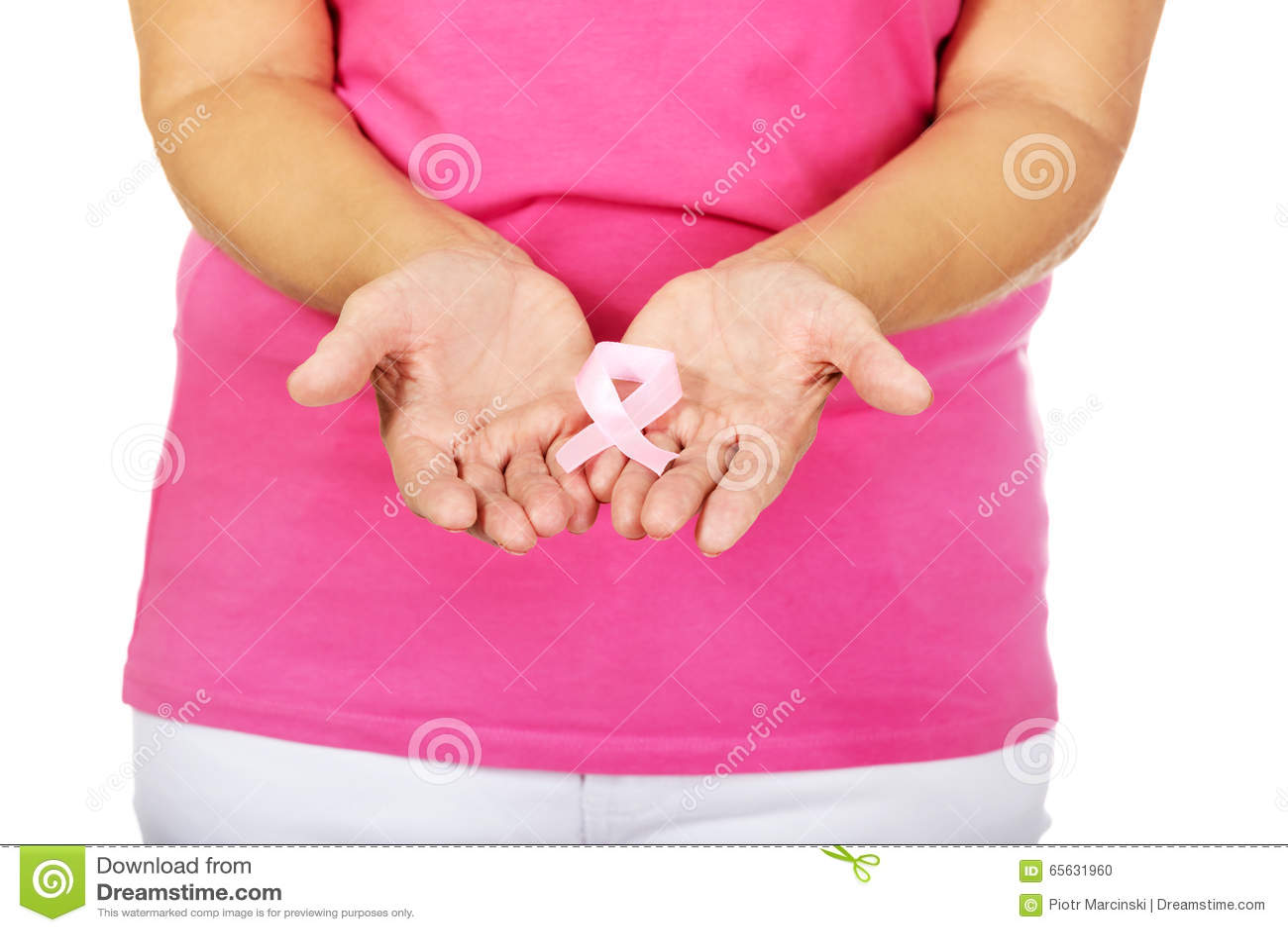 Femme supérieure avec le ruban de conscience de cancer du sein