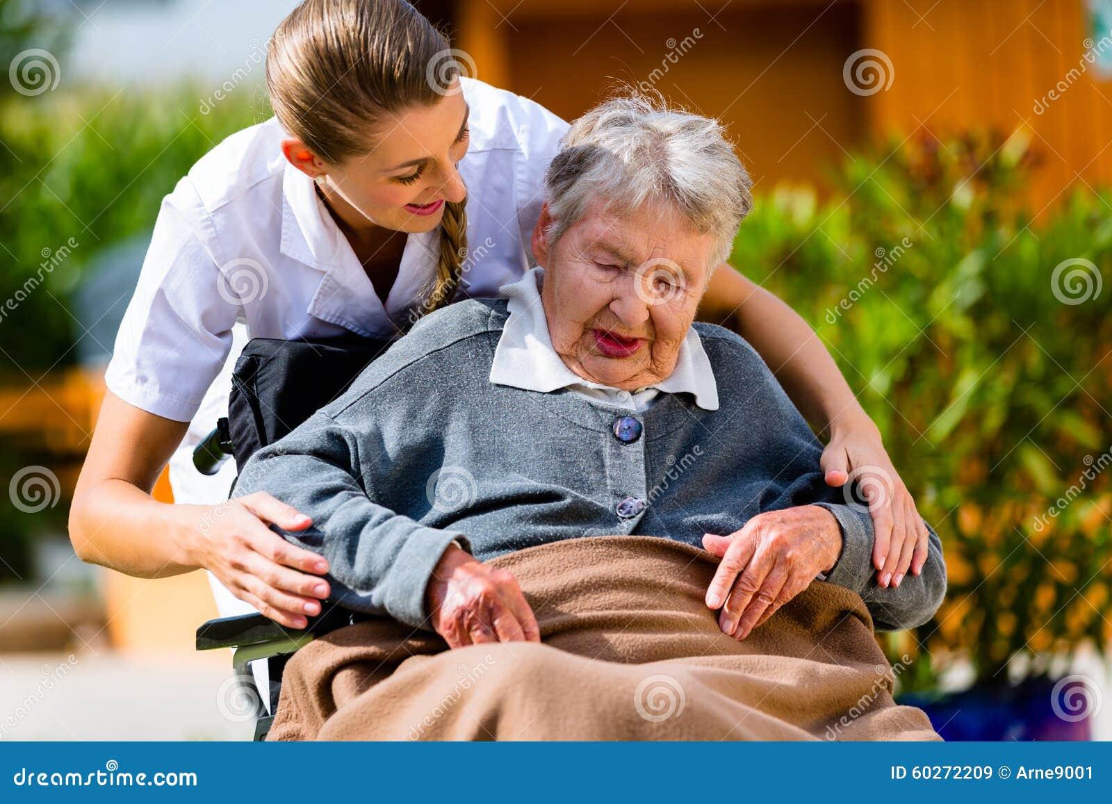 Femme supérieure dans la maison de repos avec l infirmière dans le jardin