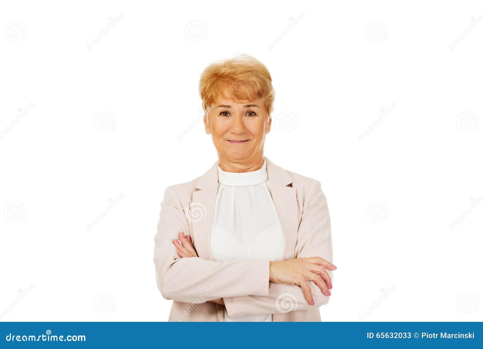 Femme supérieure de sourire avec les mains pliées