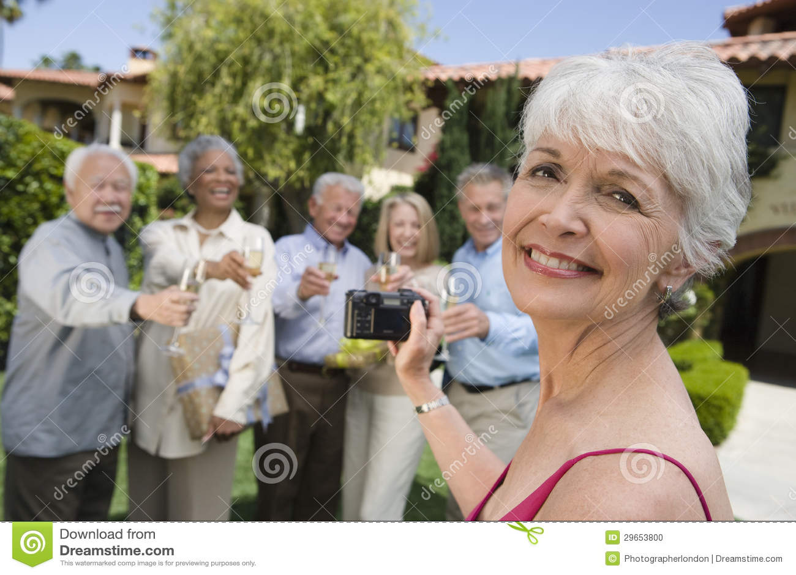 Femme supérieure enregistrant des moments heureux