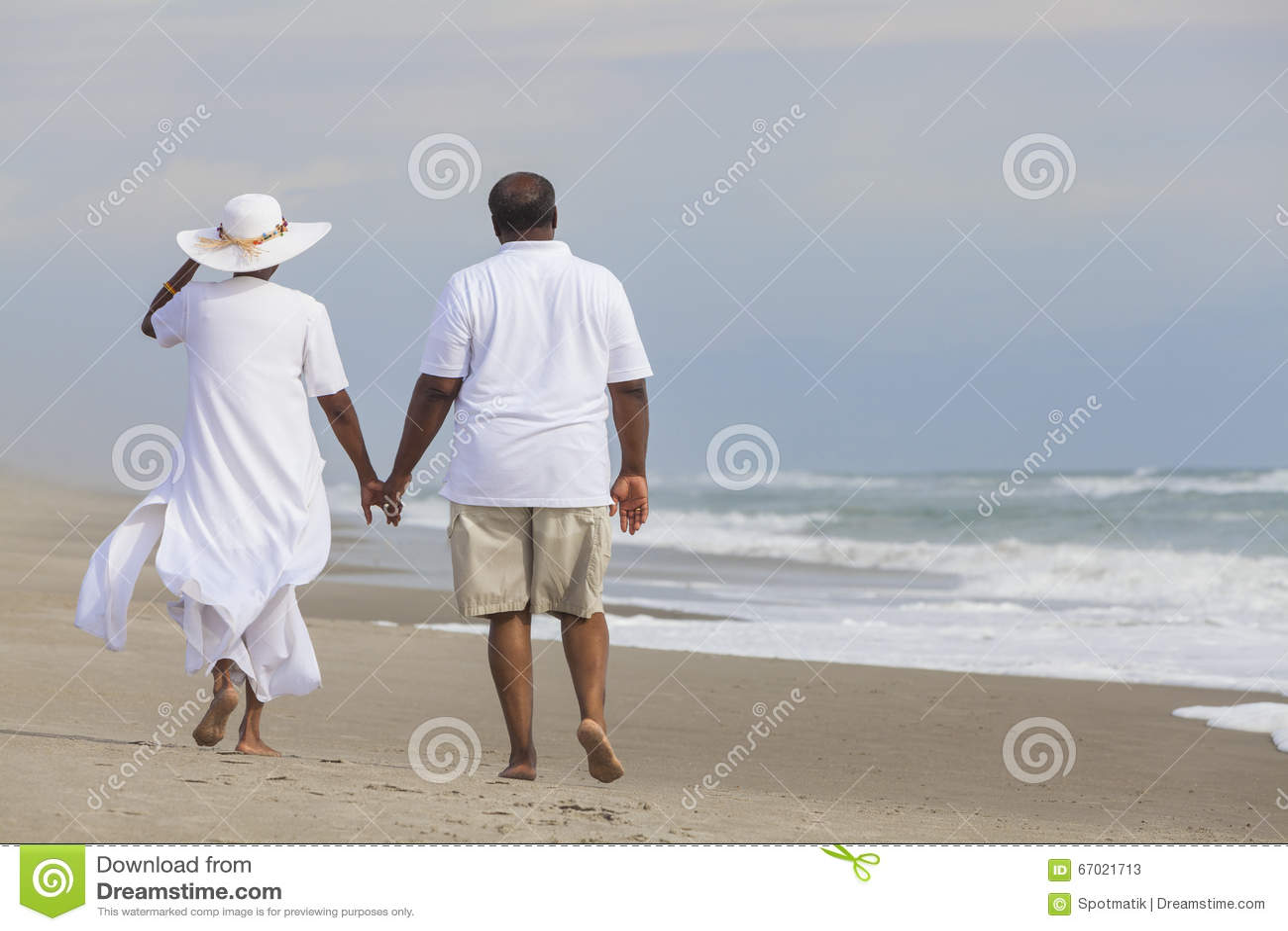 Femme supérieure heureuse d homme de couples d Afro-américain sur la plage