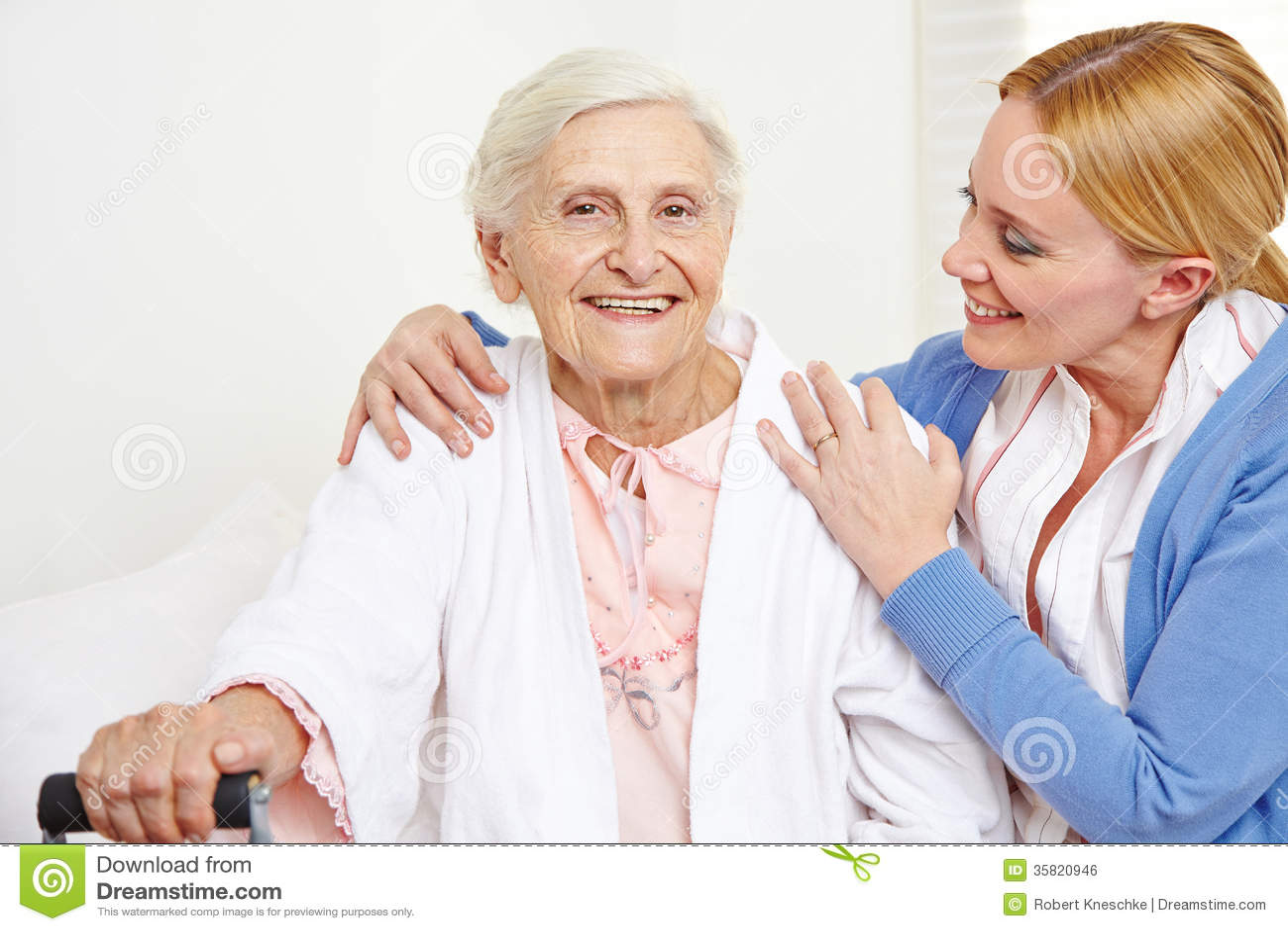 Femme supérieure obtenant le soin gériatrique