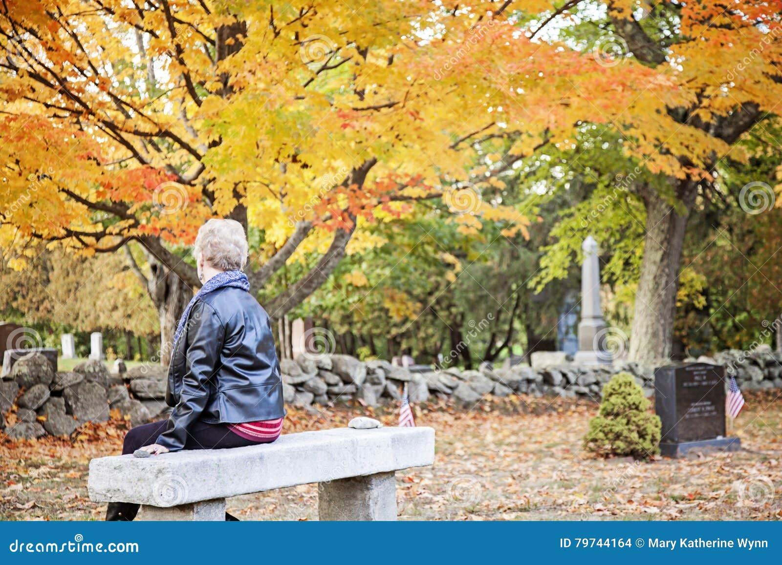 Femme supérieure pleurant dans le cimetière