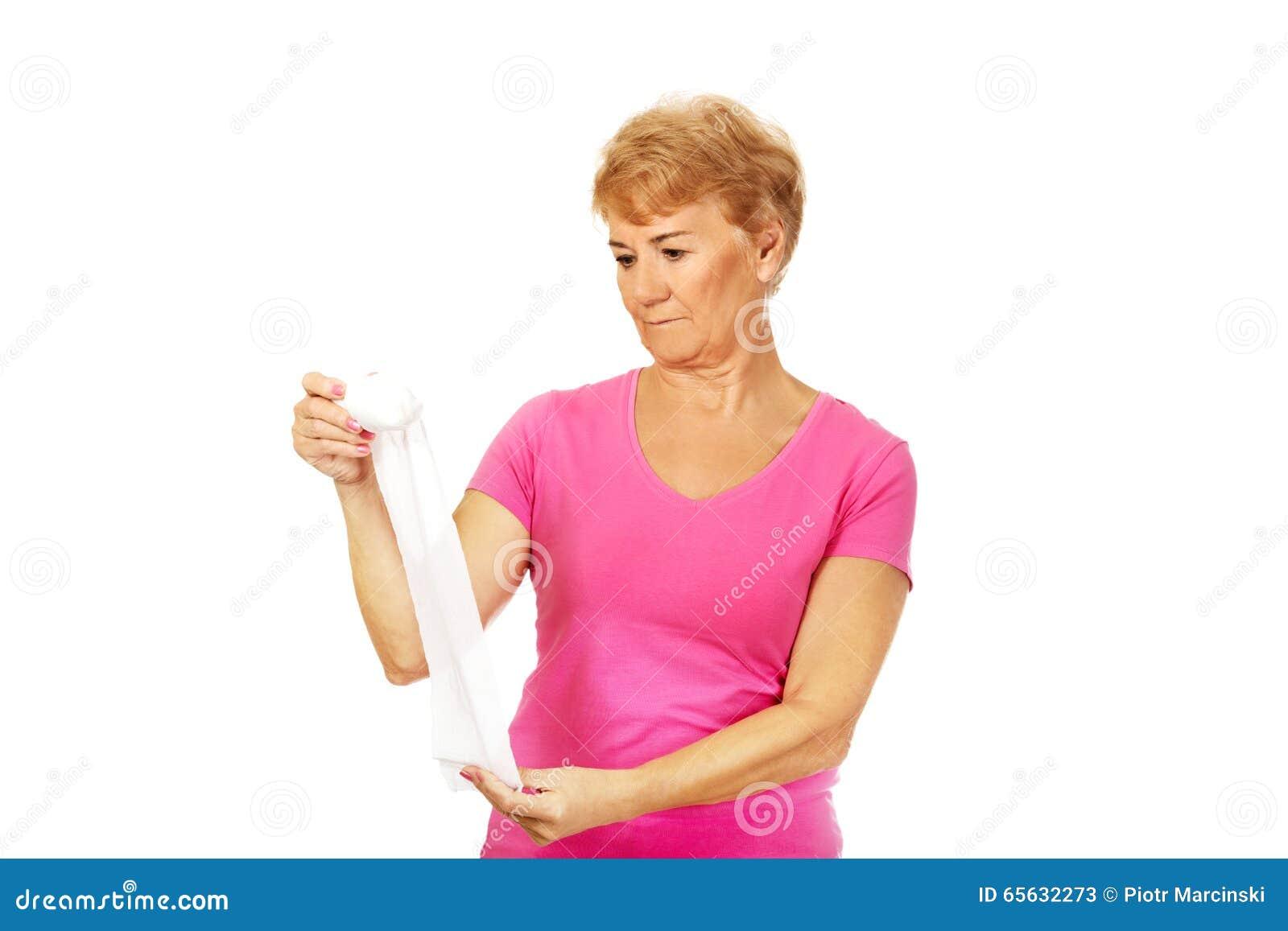 Femme supérieure sérieuse tenant le bandage