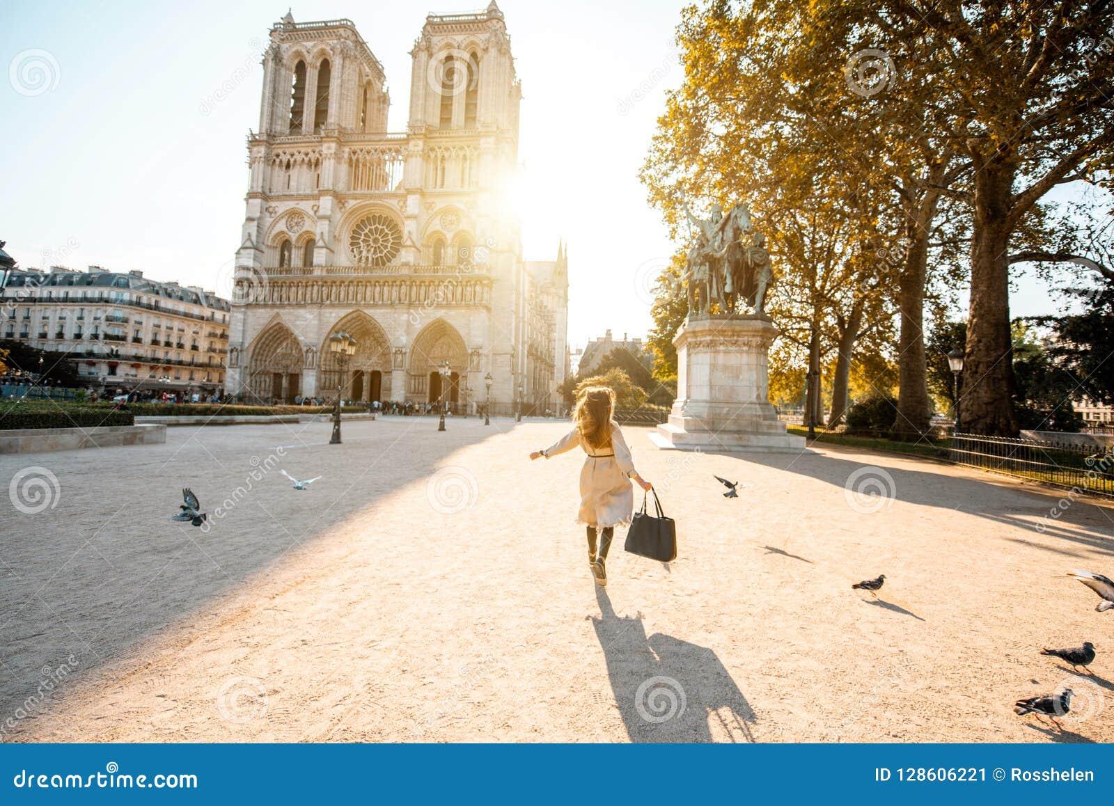Femme sur l esquare de Th près de la cathédrale de Notre-Dame à Paris