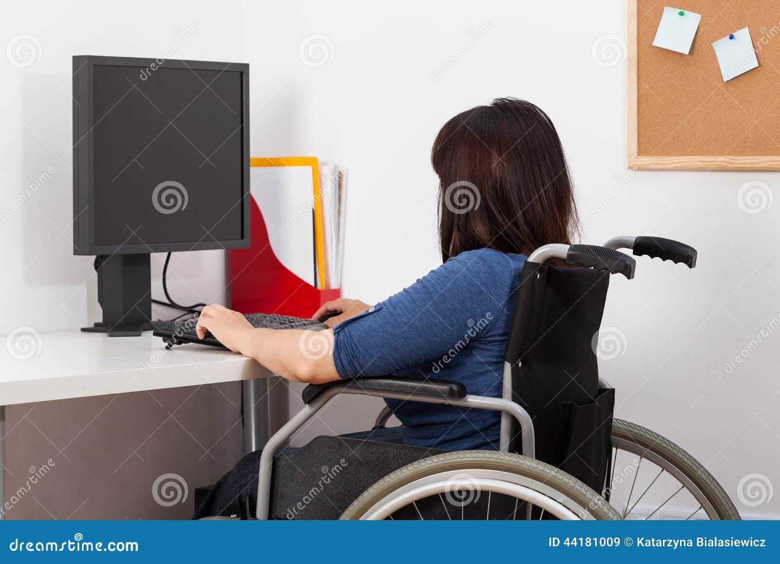 femme sur le fauteuil roulant fonctionnant dans le bureau photo stock image 44181009