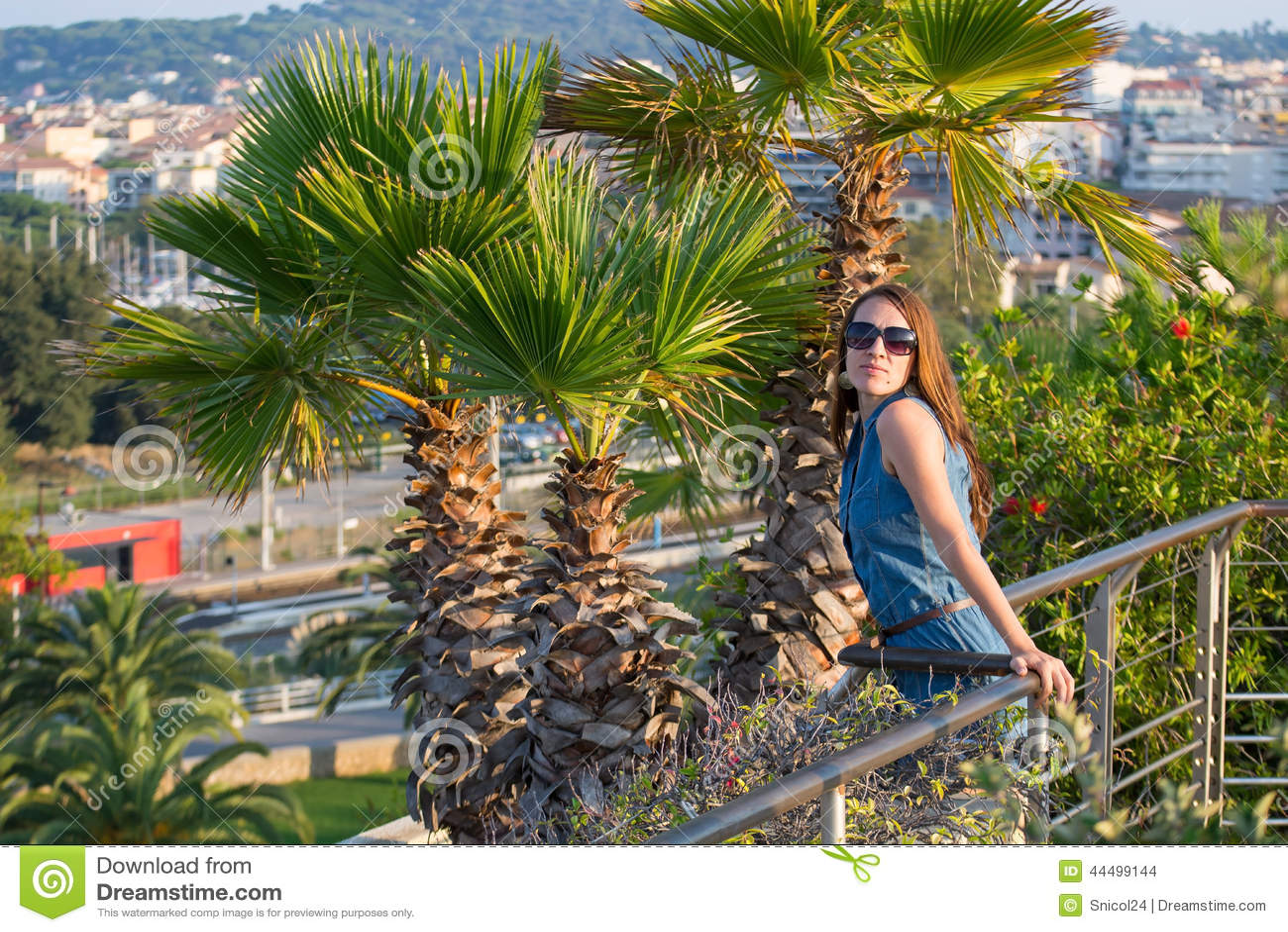 Femme sur le jardin exotique photo stock image 44499144 - Photo jardin exotique ...