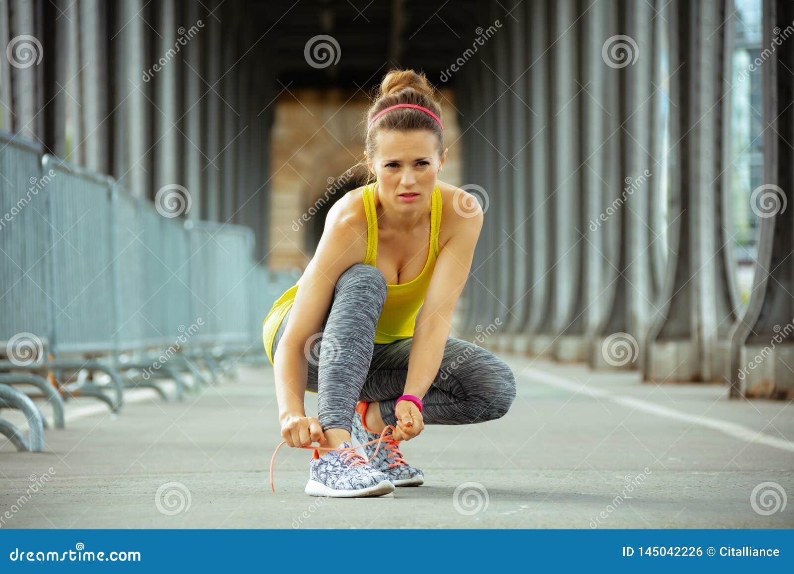 Femme sur le pont de Pont de BIR-Hakeim ? Paris attachant des dentelles