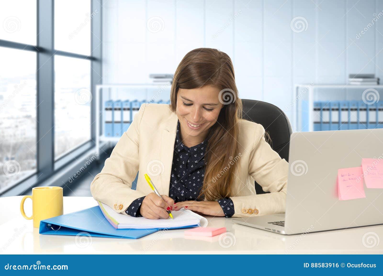 femme sur son 30s au bureau fonctionnant au bureau d. Black Bedroom Furniture Sets. Home Design Ideas