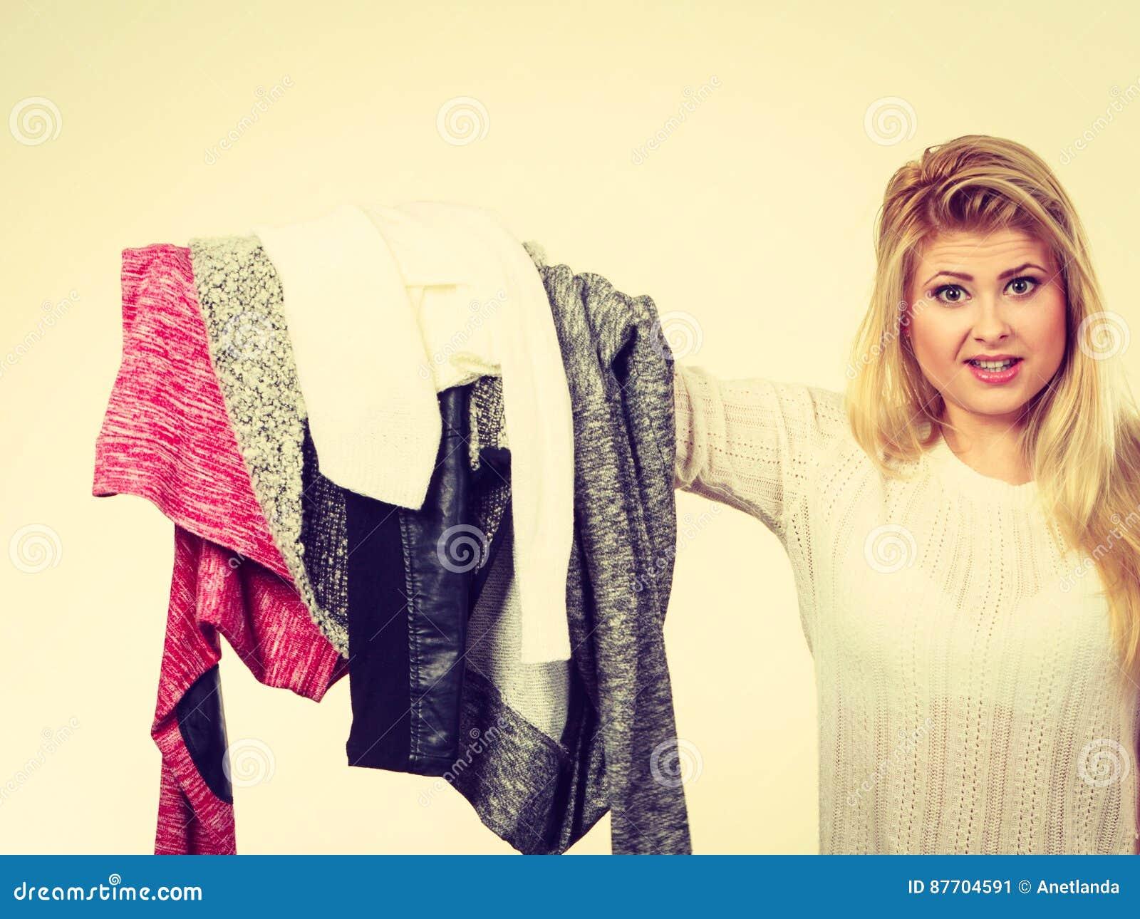 Femme tenant beaucoup l habillement