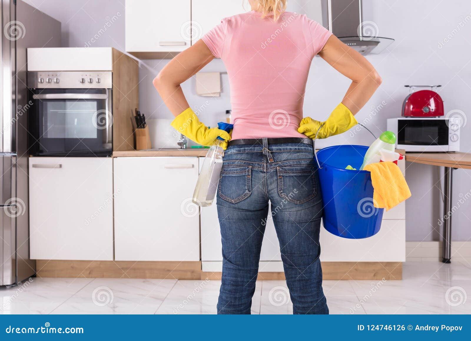 Femme tenant des outils et des produits de nettoyage