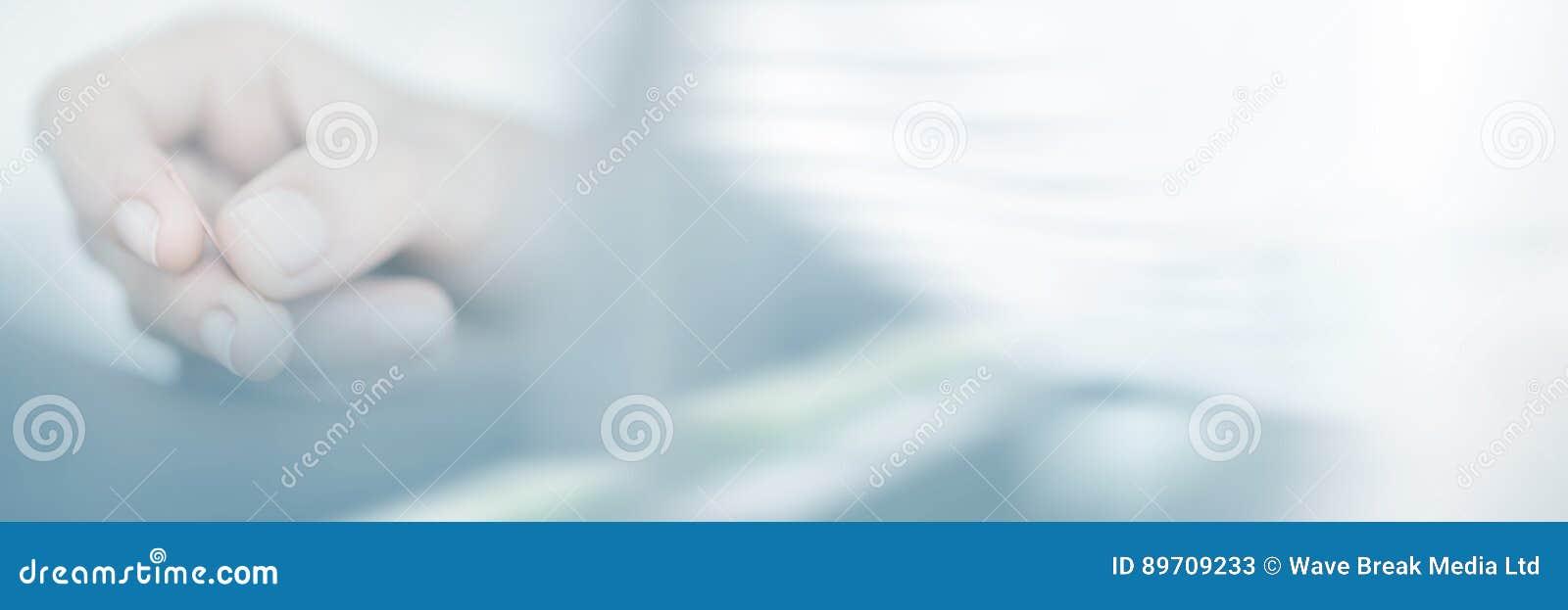 Femme tenant l aiguille dans la thérapie d acuponcture