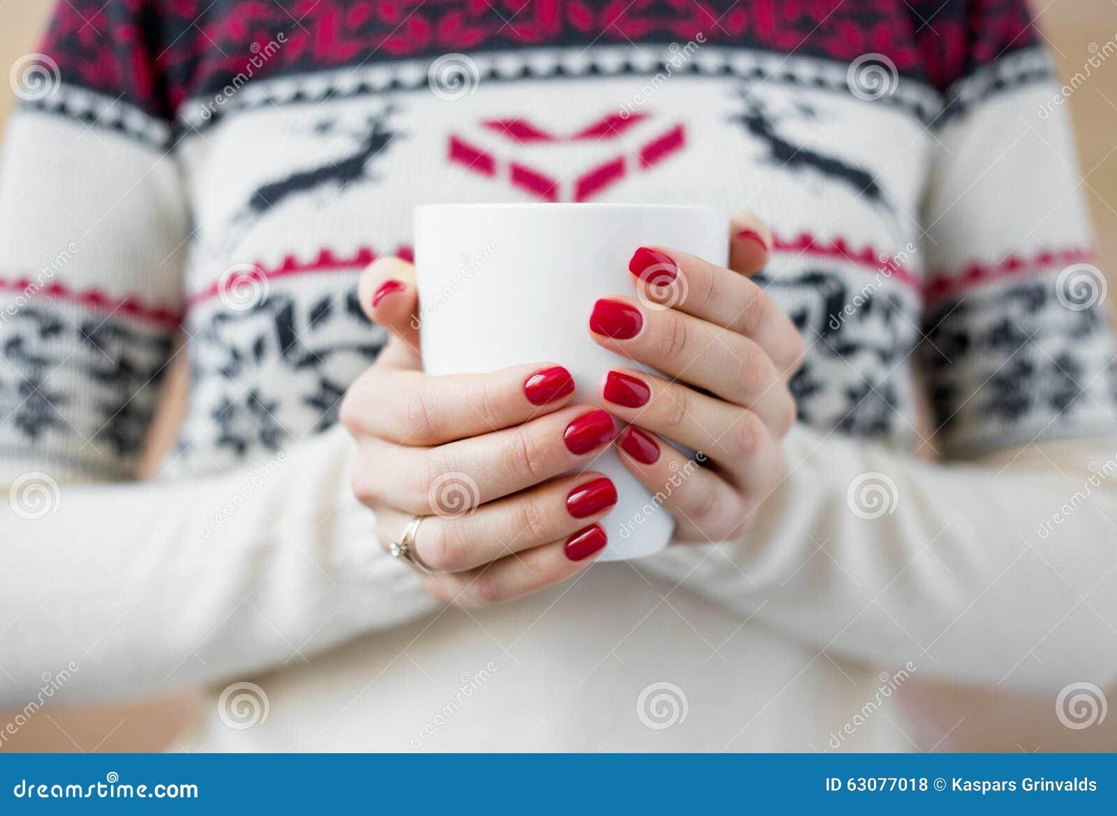 Download Femme Tenant La Tasse Chaude De Thé Photo stock - Image du fille, chaud: 63077018