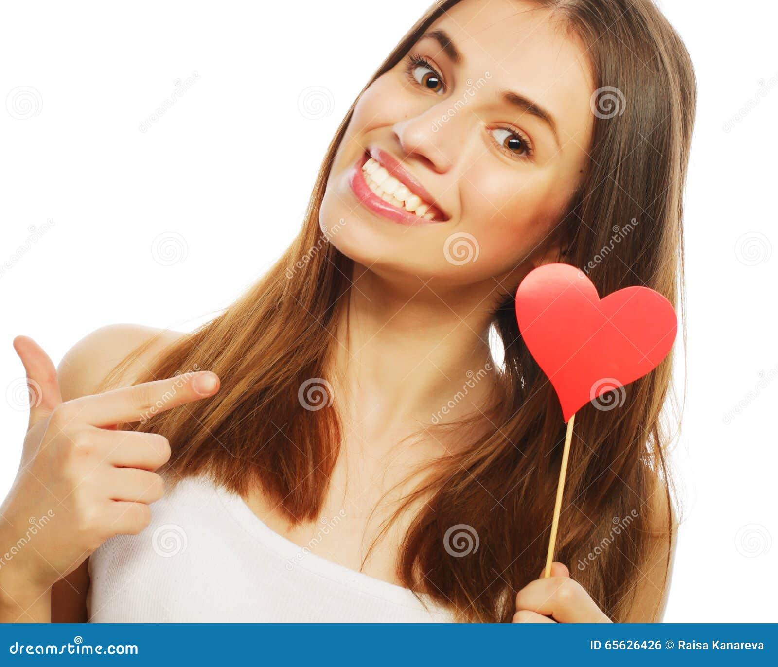Femme tenant le coeur de papier rouge