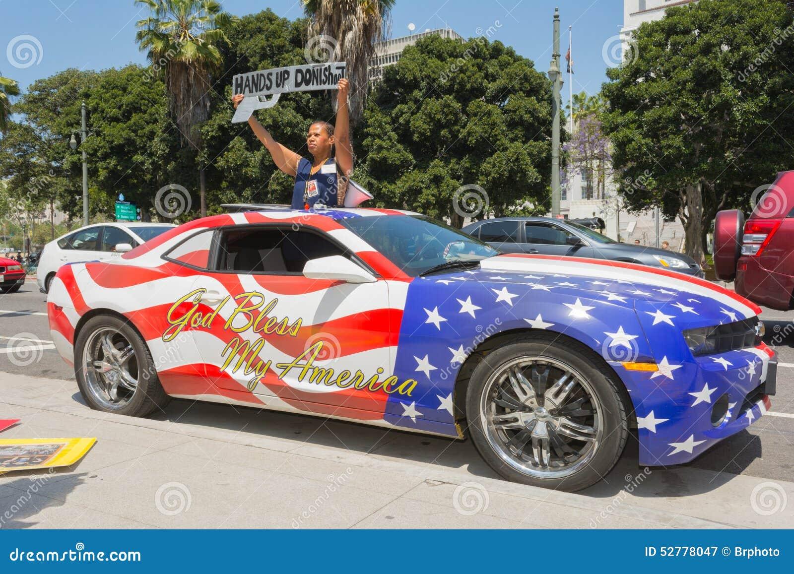 femme tenant le signe c t d 39 une voiture peinte dans des couleurs de drapeau am ricain. Black Bedroom Furniture Sets. Home Design Ideas