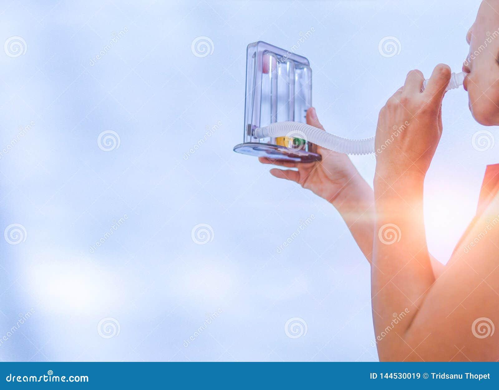 Femme tenant le triflow et respirant profondément