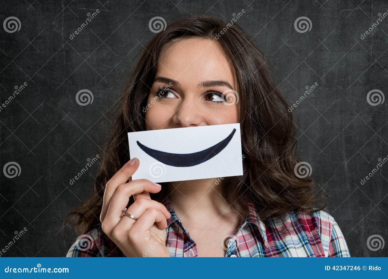Femme tenant Smiley Emoticon