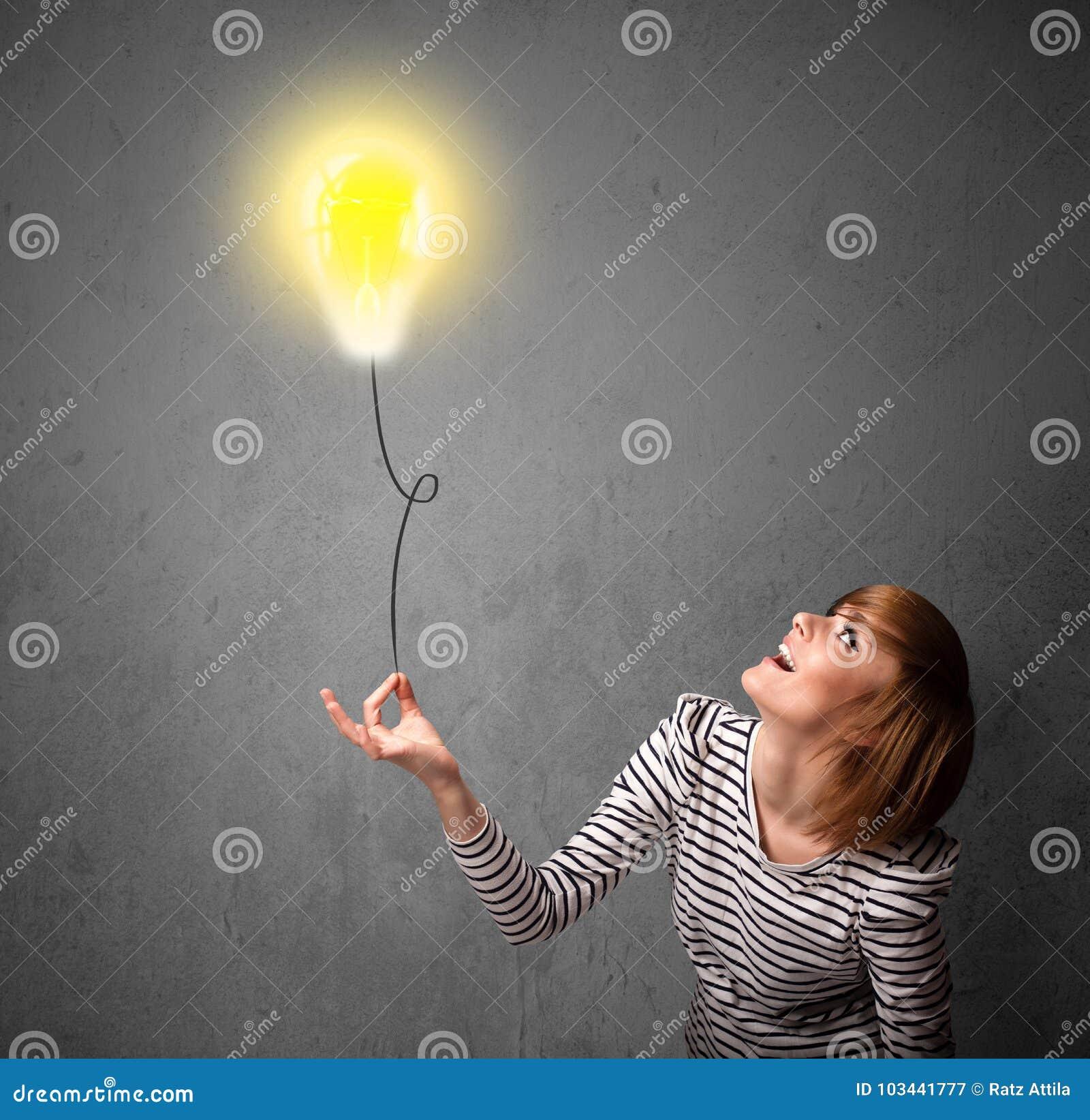 Femme tenant un ballon d ampoule