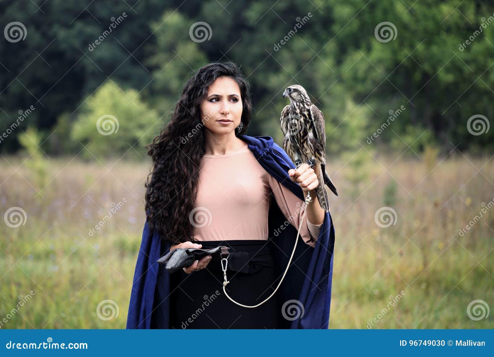 Femme tenant un faucon