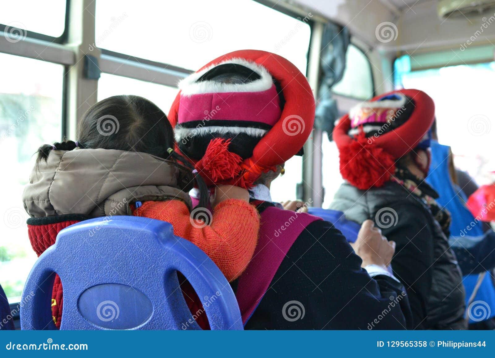 Femme tibétaine avec l enfant du dos dans un autobus en La de Shangri, Zhongdian, Xianggelila, Yunnan - Chine