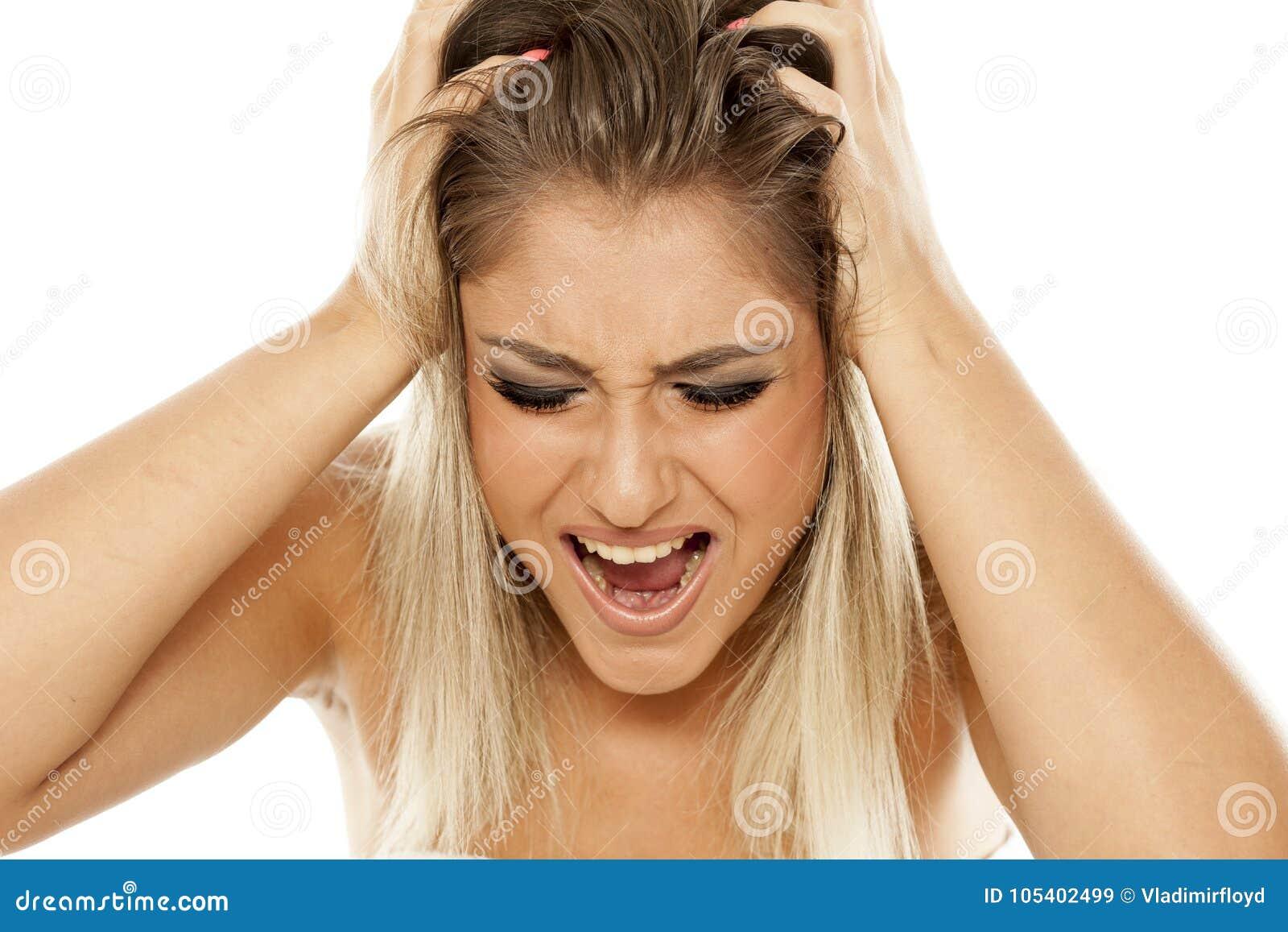 Femme tirant son cheveu