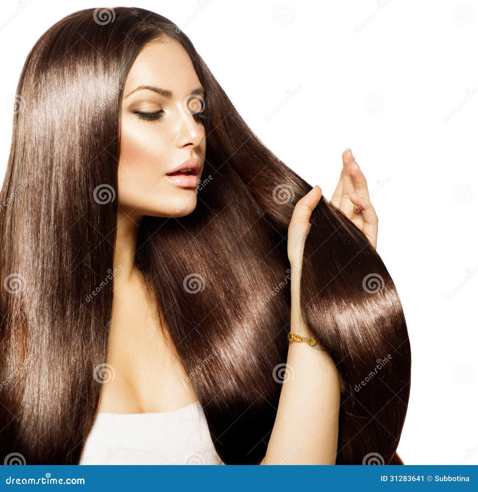 Femme touchant ses longs cheveux