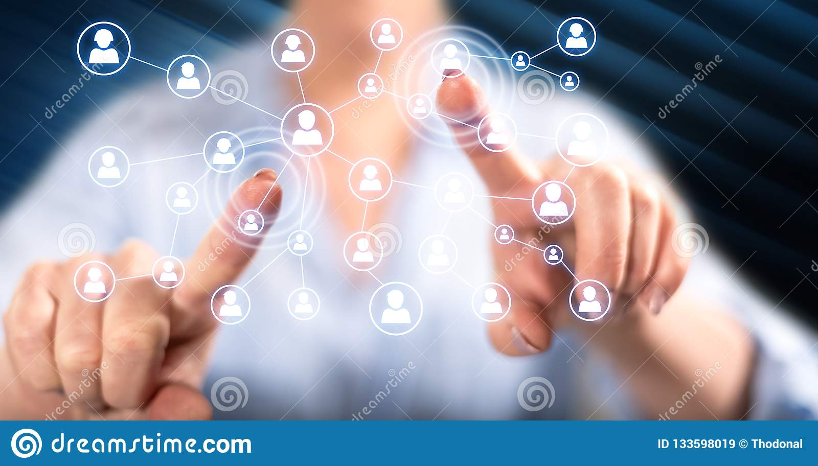 Femme touchant un réseau social de médias