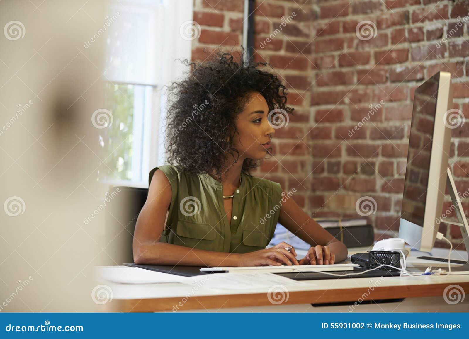Femme travaillant à l ordinateur dans le bureau contemporain