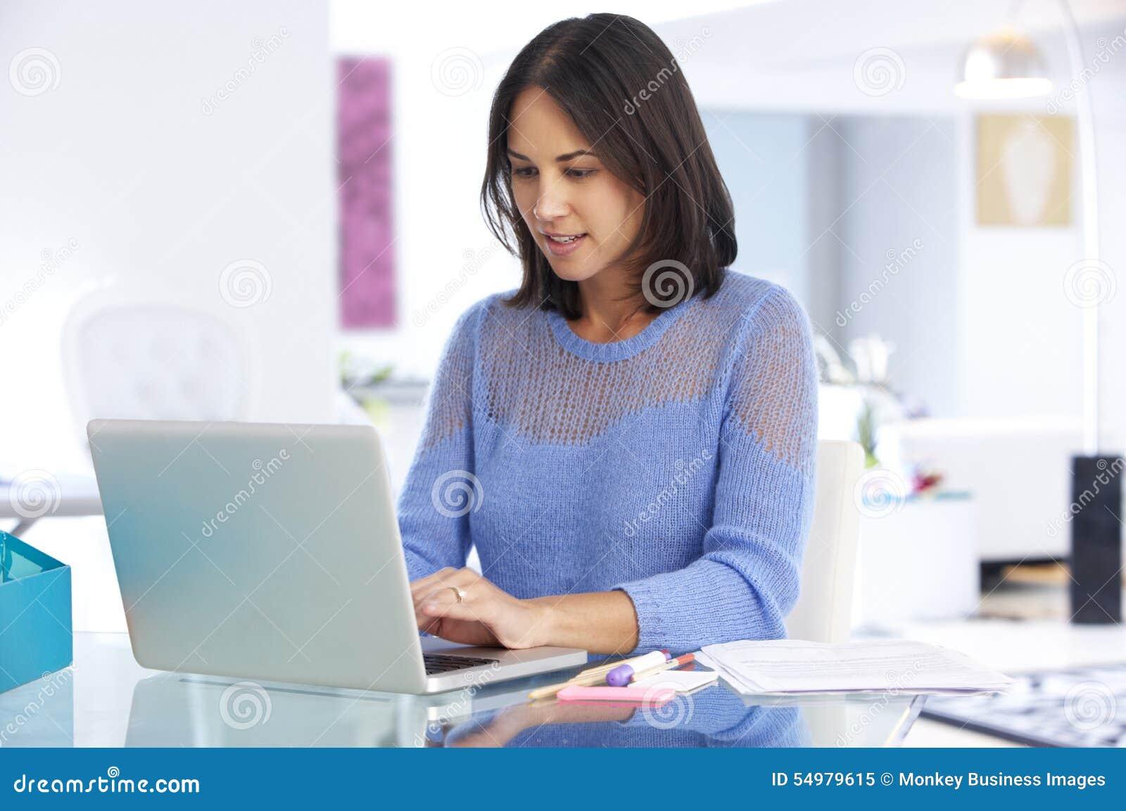 Femme travaillant à l ordinateur portable dans le siège social