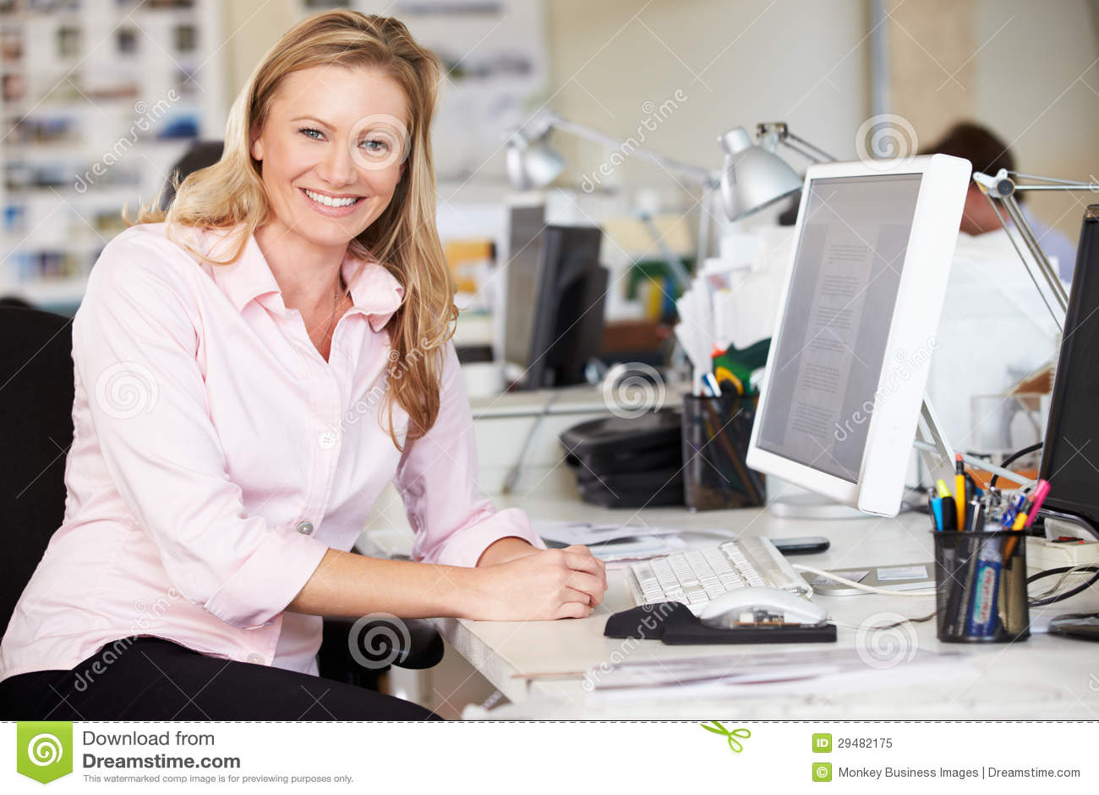 Femme travaillant au bureau dans le bureau créatif occupé