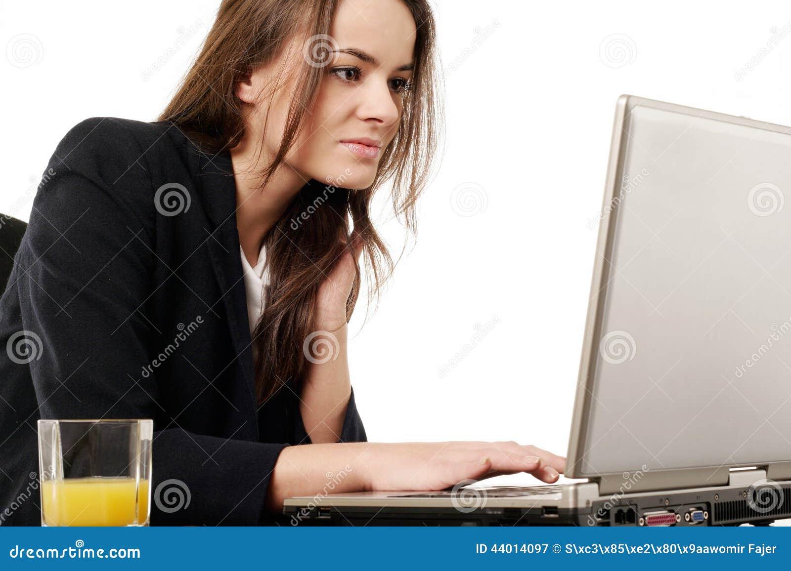 Femme travaillant avec l ordinateur portatif